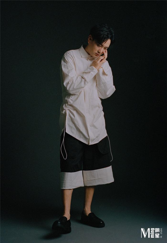 王仁君白色衬衫造型.jpg