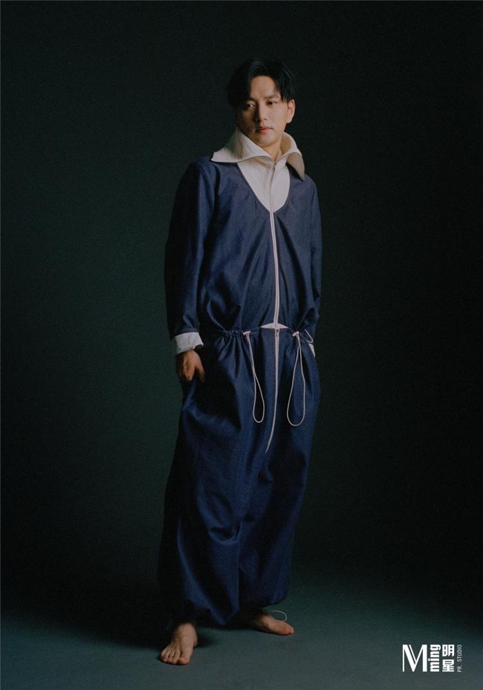 王仁君身穿藏蓝色抽绳工装服.jpg
